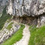 Wanderweg in den Fels gehauen