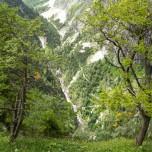 Wanderweg tief unten im Tal