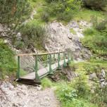 Wanderweg über eine Brücke