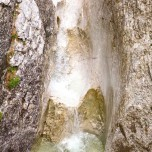 Bach im vom Wasser geformten Felsen