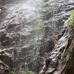 Wasser von der Felswand