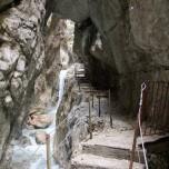 Wanderweg unter Felsen