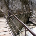 Wanderweg über den Steg am Felsen