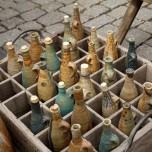 Stand mit Keramikflaschen auf dem Töpfermarkt Naumburg
