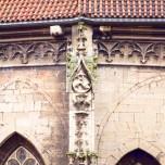Relief an Kirche