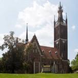 St.-Petri-Kirche und Bibelturm im Wörlitzer Park
