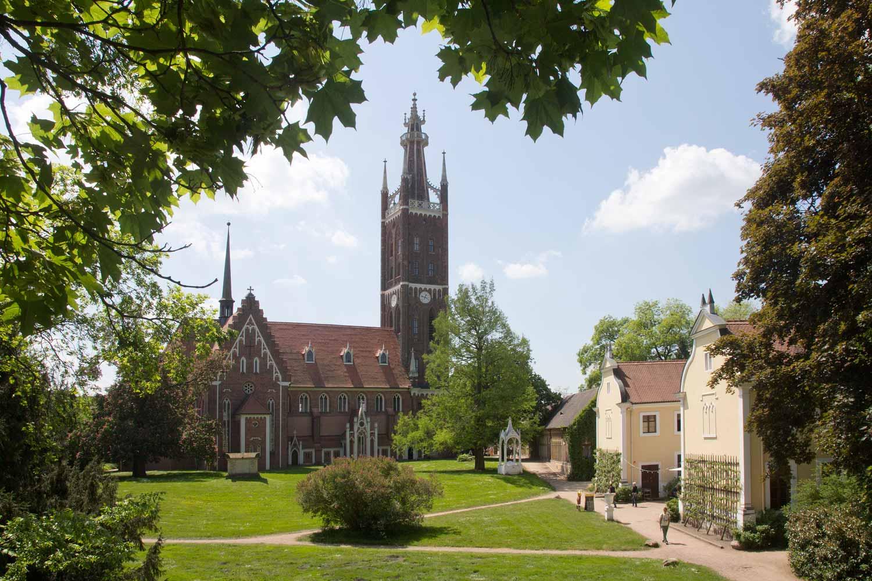 St.-Petri-Kirche und Bibelturm im Park Wörlitz