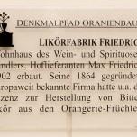 Hinweisschild Likörfabrik Friedrich am Marktplatz Oranienbaum