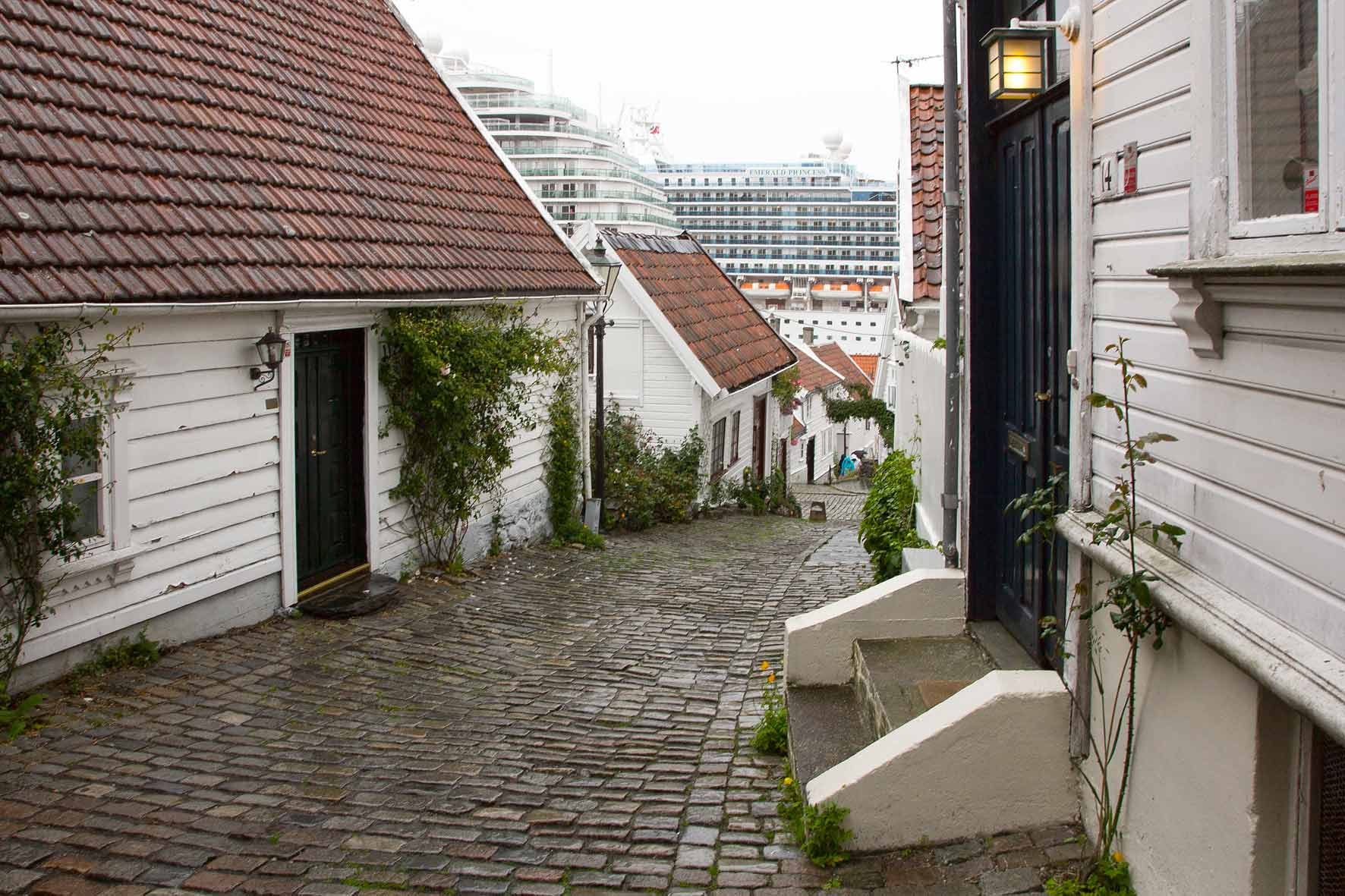 Gamle Stavanger (altes Stavanger) mit Kreuzfahrtschiffen im Hintergrund
