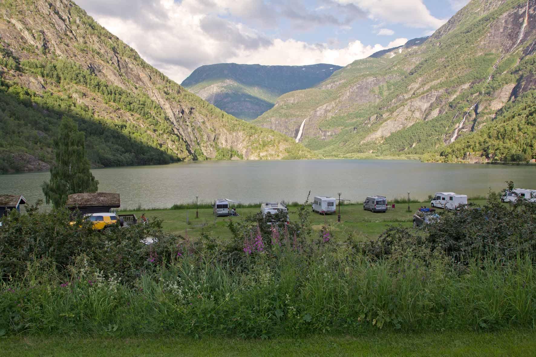 Campingplatz mit Blick auf den Wasserfall Vassbakken