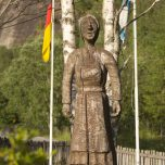 Skulptur in der Nähe des Wasserfalls Vassbakken