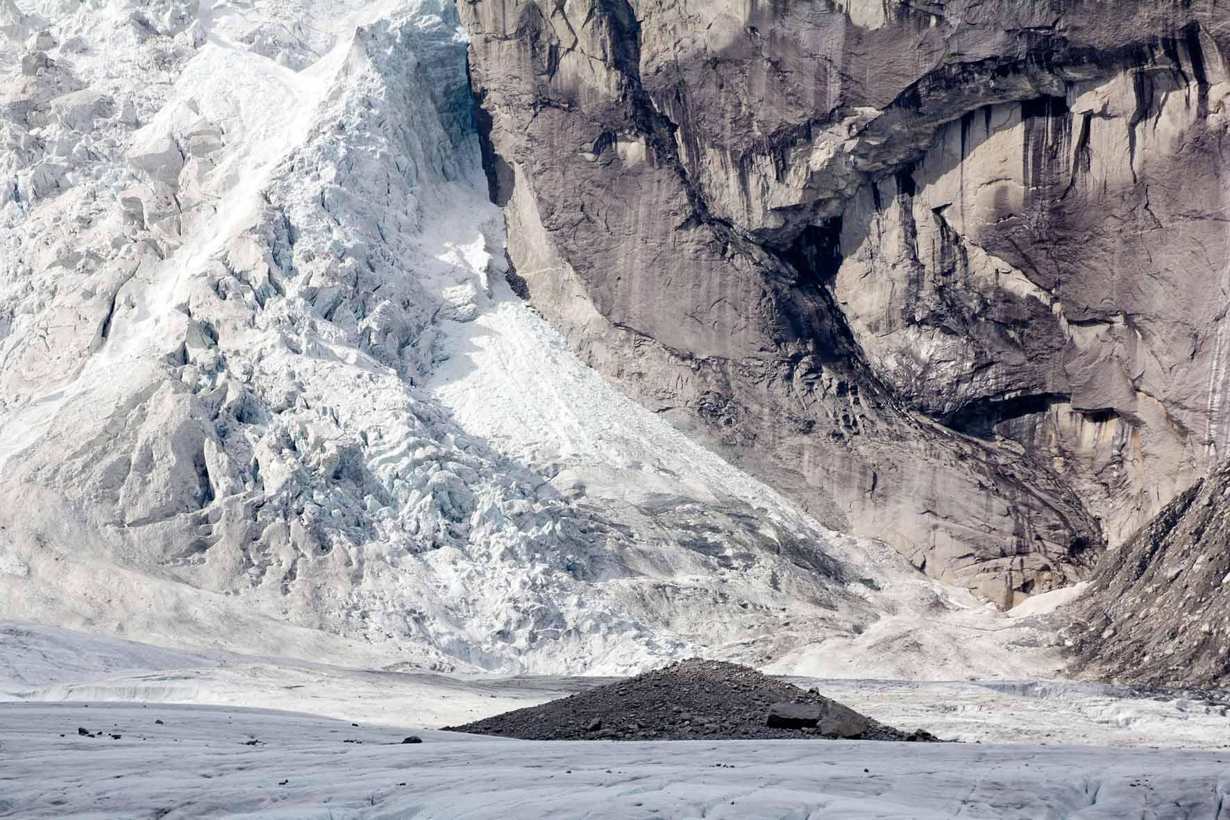 Zerklüftetes Gletschereis und Schutthügel