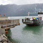 Anlegen der Fähre über den Lusterfjord