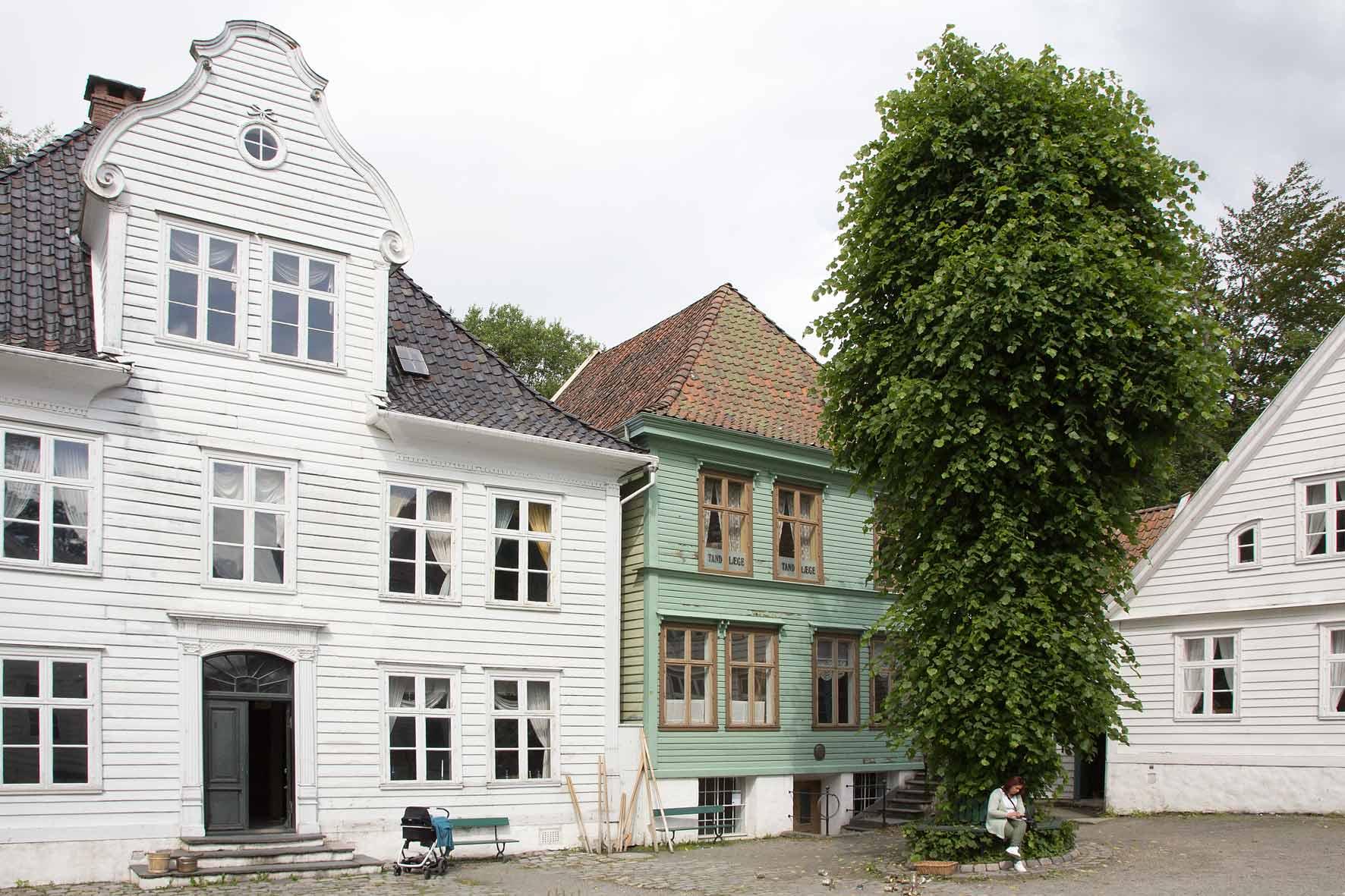 Zentraler Platz mit Arztpraxis in Gamle Bergen