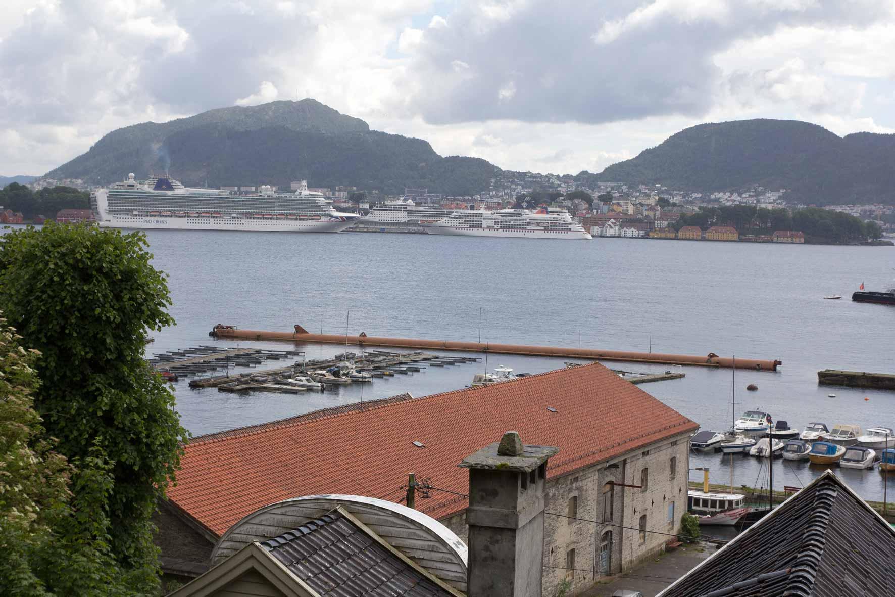 Kreuzfahrtschiffe vor Bergen