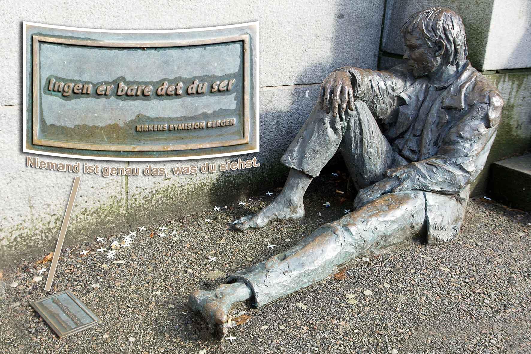 """Skulptur """"Der Obdachlose"""" in Bergen: Niemand ist genau das, was du siehst."""